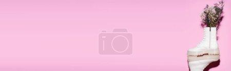 Photo pour Bottes blanches avec fleurs sauvages sur fond rose, bannière - image libre de droit