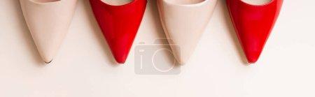 vista superior de zapatos de tacón de cuero sobre fondo beige, bandera