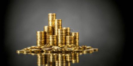 Photo pour Nature morte de très nombreux rouleau d'or monétaire ou pièce de monnaie, sur fond gris - image libre de droit