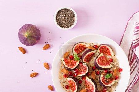 Photo pour Farine d'avoine délicieuse et saine aux figues, aux amandes et aux graines de chia. Petit déjeuner sain. Nourriture saine. Une bonne nutrition. Pose plate. Vue du dessus . - image libre de droit