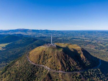 Photo pour Panorama aérien du volcan Puy de Dome, Auvergne-Rhône-Alpes, France - image libre de droit
