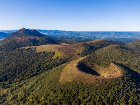 Photo pour Panorama aérien des volcans Puy Pariou et Puy de Dome, Auvergne-Rhône-Alpes, France - image libre de droit