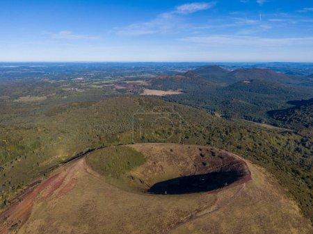 Photo pour Vue aérienne du volcan Puy Pariou en France, Auvergne-Rhône-Alpes, France - image libre de droit