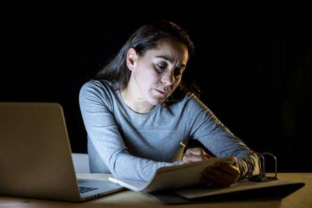 Photo pour Fatigué étudiante travailler tard dans la nuit sur ordinateur portable étudiant pour finale. - image libre de droit