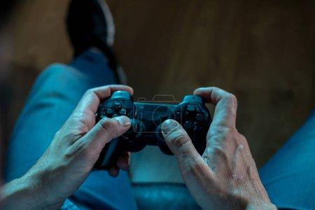 Foto de Concepto de adicción y dependencia. de cerca en las manos del joven con joystick pad juegos de video. Hombre adicto al concepto de juego de consola. - Imagen libre de derechos