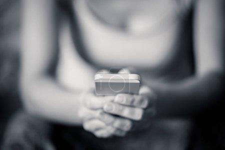 Photo pour Gros plan des mains de femme tenant une puce Telephone portable en un, plus l'utilisation de la notion de technologie. - image libre de droit