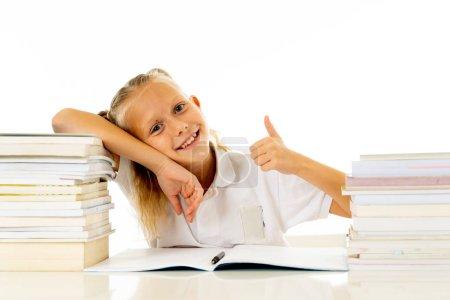 Photo pour Joli sourire drôle sentiment écolière joyeux et heureux d'être de retour à l'école et commencer un nouveau grade. Retour au concept de l'école et l'éducation - image libre de droit