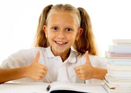 Foto de Lindo sonriendo divertida sensación de colegiala alegre y feliz de estar en la escuela y empezar un nuevo grado. Regresar al concepto de escuela y educación - Imagen libre de derechos