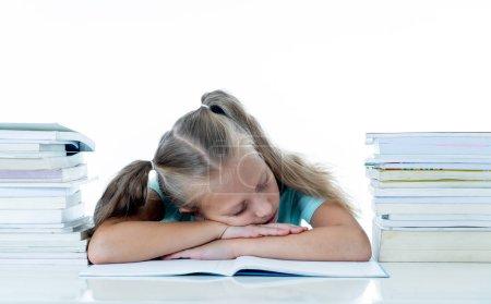 Photo pour Épuisé de douce jolie fille blonde, couché sur un tas de livres scolaires après que étude fort isolé sur fond blanc - image libre de droit