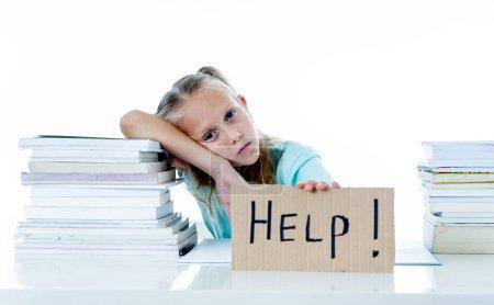 Photo pour Frustré de petite écolière se sentant un échec, incapable de se concentrer dans la lecture et l'écriture. Problème d'apprentissage et de la notion de faible rendement scolaire - image libre de droit