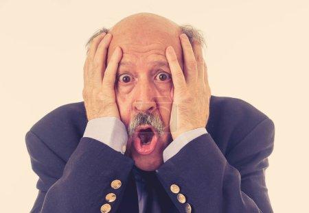 Photo pour Portrait d'une 60 s senior homme en état de choc avec une expression de peur sur son visage des gestes effrayés en émotions humaines expression faciale de sentiments et d'intimidation au concept de travail isolé sur fond gris. - image libre de droit