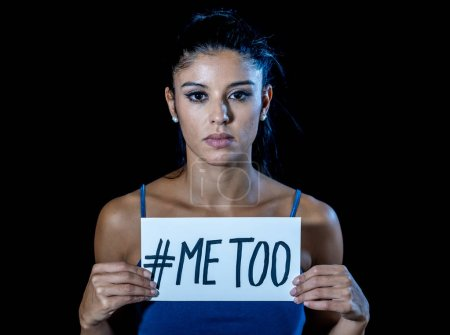 Photo pour Moi aussi campagne de harcèlement. Portrait de jeune femme tenant une note avec le texte moi aussi dans le mouvement social stop abus sexuels femmes droits de l'homme concept isolé sur fond noir - image libre de droit