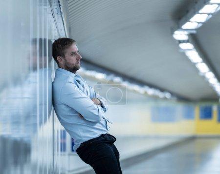 Photo pour Homme d'affaires sans emploi jeune souffrant de dépression se penchant sur la rue mur souterrain seul à la recherche désespérée des émotions humaines chômage de santé mentale de la douleur émotionnelle et concept de tristesse. - image libre de droit