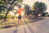 """Постер, картина, фотообои """"Счастливый бегун в спортивной одежде под управлением подготовки марафон вне в парке на закате на прекрасный летний день спорта, здорового образа жизни и концепция бегом крест стране учебные тренировки на открытом воздухе"""""""