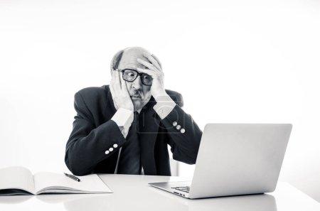 Photo pour En colère et fatiguée mature homme d'affaires surmené au comptoir ne pas comprendre le portable dans la perception des adultes plus âgée et utilisation de la technologie des heures supplémentaires stress et surmenage concept isolé sur fond blanc - image libre de droit