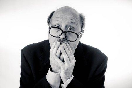 Photo pour Portrait de senior mature ancien homme d'affaires à la recherche submergés et déprimé la souffrance au travail dans le triste visage expression surchargés de travail heures supplémentaires et le vieillissement concept isolé sur fond neutre. - image libre de droit