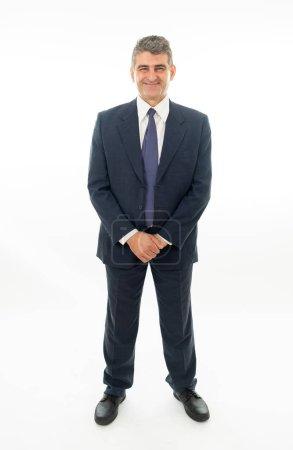 Photo pour Complet du corps de confiance mature beau caucasien homme d'affaires dans la position formelle isolée sur fond blanc. - image libre de droit