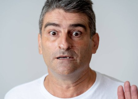 Photo pour Portrait d'un 40 s 50 s l'homme en état de choc avec une expression de peur sur son visage, gestes de peur dans les sentiments des émotions humaines et le concept d'expression faciale isolé sur fond gris. - image libre de droit