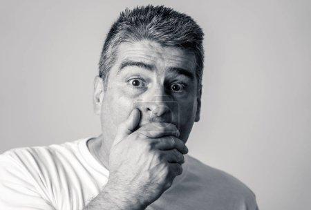 Photo pour Portrait d'un homme des années 40 50 en état de choc avec une expression effrayée sur son visage faisant des gestes effrayés dans les émotions humaines sentiments et concept d'expression faciale isolé sur fond gris . - image libre de droit