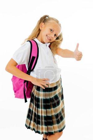 Photo pour Fille cheveux blonds assez mignon avec un cartable rose en regardant la caméra montrant le pouce vers le haut de geste heureux d'aller à l'école, isolé sur fond blanc dans le dos au concept de l'éducation scolaire et les enfants. - image libre de droit