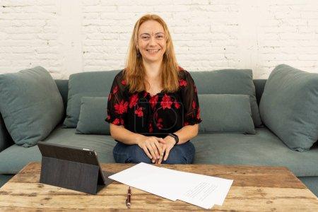 Photo pour Active créative jeunes femmes chefs d'entreprise travaillant ensemble en tant que pigiste dans nouveau projet sur ordinateur portable chez urbain cool dans le démarrage des petites entreprises Entrepreneur nouveau idées créativité et Innovation concept. - image libre de droit