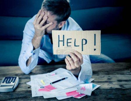 Photo pour Homme d'affaires inquiets et désespérée pour rembourser les dettes et calcul de prêt demander bons impôts et finances comptabilité, assis sur le canapé dans le paiement des factures et le concept de problèmes financiers. - image libre de droit