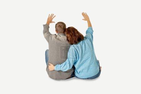Foto de Feliz pareja aislada sobre fondo blanco con espacio de copia, pensando y planificando a futuro rico juntos en el amor, primera compra de casa, con niño bebé y concepto de bienestar financiero familiar. - Imagen libre de derechos