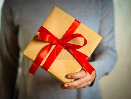 Photo pour Gros plan de cadeau mignon boîte cadeau enveloppé de ruban rouge et de papier recyclé dans l'amour, surprise, fête d'anniversaire, Saint Valentin et concept de la fête des mères . - image libre de droit