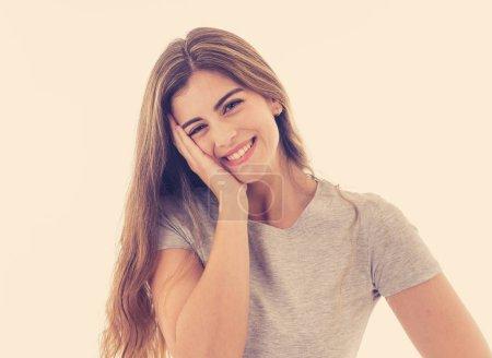 Foto de Retrato de mujer bastante caucásica joven atractivo con cara feliz y hermosa sonrisa de cerca. Aislado en blanco. En las personas, las expresiones faciales humanas positivas y concepto de las emociones. - Imagen libre de derechos