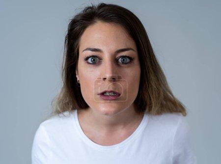 Photo pour Gros plan portrait de jeune femme caucasienne attrayante avec un visage en colère. J'ai l'air folle et folle à crier et à faire des gestes furieux. Isolé sur fond neutre. Expressions et émotions faciales . - image libre de droit