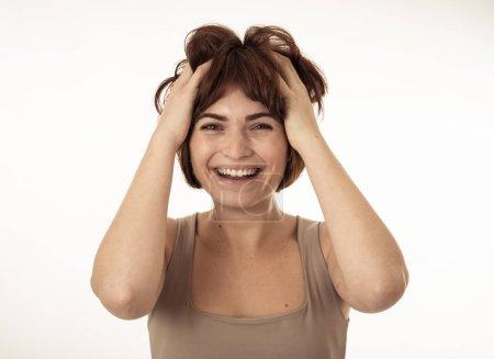 Photo pour Gros plan portrait d'une jolie jeune femme caucasienne attrayante avec une expression faciale heureuse, excitée et surprise et un beau sourire. Isolé sur blanc. Dans People, concept positif de mouvements du visage humain . - image libre de droit
