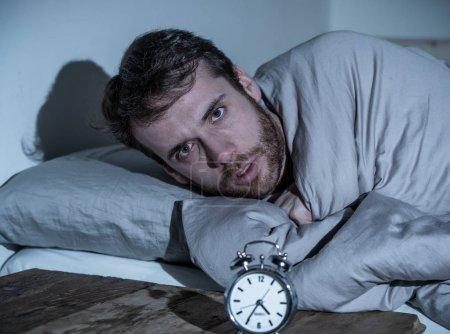 Photo pour Santé mentale, insomnie et troubles du sommeil. Homme sans sommeil frustré et désespéré regardant dans la détresse au réveil réveillé la nuit incapable de dormir souffrant d'anxiété causée par le stress au travail . - image libre de droit