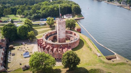 Photo pour Forteresse historique située à Gdansk (Pologne) près de la rivière Martwa Wisla. Vue Aérienne. - image libre de droit