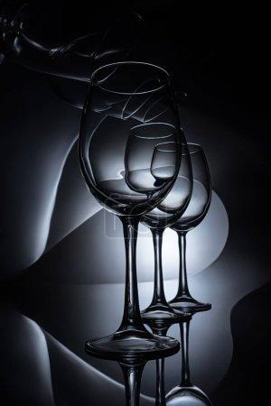 Photo pour Rang sur les verres à vin élégants, studio sombre tourné - image libre de droit