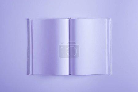 Photo pour Vue surélevée d'un copybook ouvert violet isolé sur violet - image libre de droit