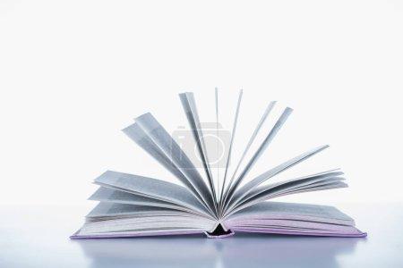 Photo pour Un livre ouvert sur la surface blanche - image libre de droit