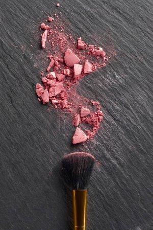Photo pour Blush cassé et grand pinceau sur fond d'ardoise sombre - image libre de droit