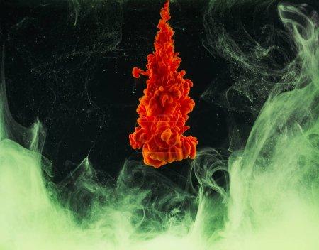 Photo pour Explosion d'encre orange Résumé lumineux sur fond noir - image libre de droit