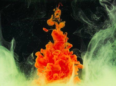 Photo pour Vue rapprochée d'explosion d'encre orange Résumé lumineux sur fond noir - image libre de droit