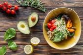 """Постер, картина, фотообои """"плоские лежит Вегетарианский салат с овощами-гриль, ростки, помидоры черри в миску и заказать свежие ингредиенты вокруг на деревянные настольные"""""""