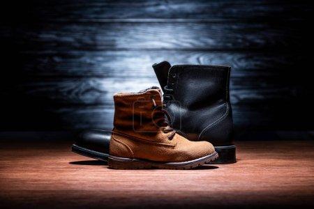 Photo pour Vue de côté du père et du fils de chaussures sur la notion de jour de pères en bois de table, heureux - image libre de droit