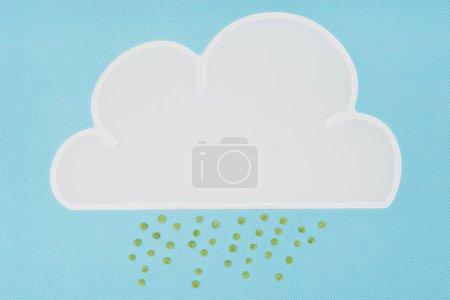 Photo pour Vue de dessus de serviette blanche en forme de nuage avec pluie de pois verts isolés sur bleu - image libre de droit