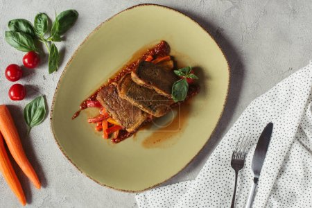 Photo pour Lay plat avec des légumes frais, paneer dans une algue nori sur julienne de légume et couverts sur une surface grise - image libre de droit