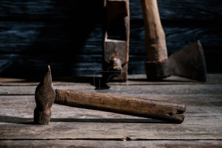 Selektive Fokussierung auf alte Tischlerwerkzeuge, arrangiert auf einer Holztischplatte