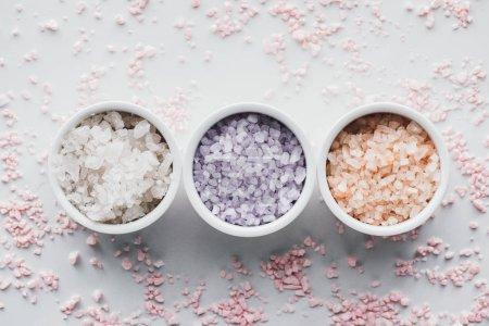 Foto de Vista superior de sal de mar colorido en tazones de fuente en blanco - Imagen libre de derechos