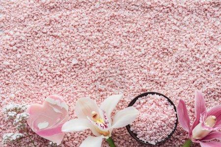 Photo pour Vue de dessus de belles fleurs d'orchidées, savon et sel de mer rose, concept spa - image libre de droit
