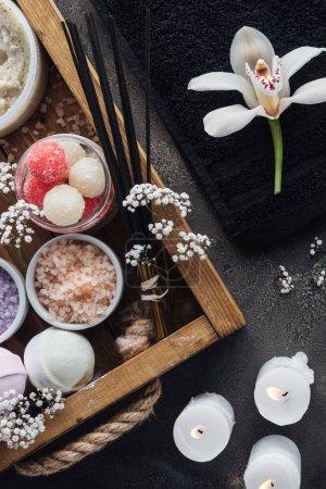 Photo pour Vue de dessus de belle orchidée, serviette, brûler des bougies et accessoires de spa sur fond gris - image libre de droit