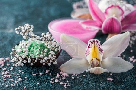 Foto de Vista cercana de hermosas orquídeas, pequeñas flores blancas y sal de mar - Imagen libre de derechos