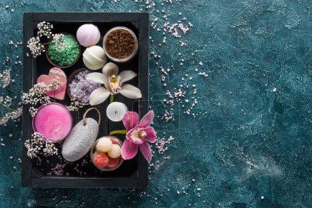 Photo pour Vue de dessus du sel de mer, de belles fleurs et d'accessoires de soins du corps en boîte - image libre de droit