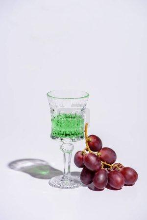 cristal verre d'absinthe avec branche de raisin blanc
